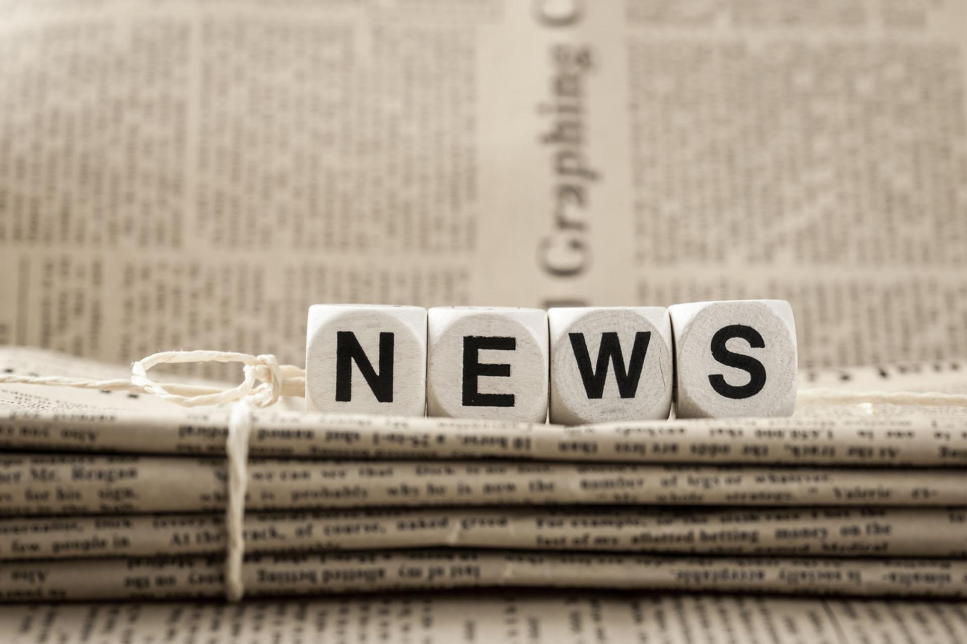תמונת אילוסטרציה - עיתונים והכיתוב news בקוביות משחק