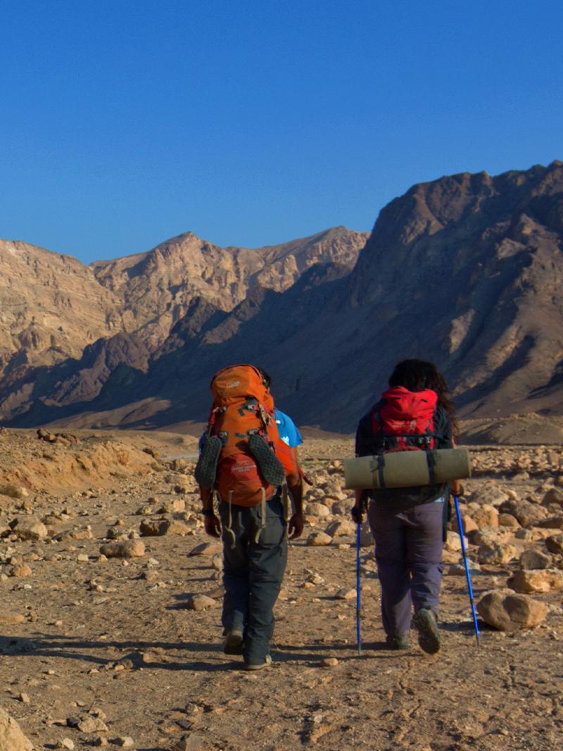 שביל ישראל - שני מטיילים עם ציוד קמפינג הולכים במדבר